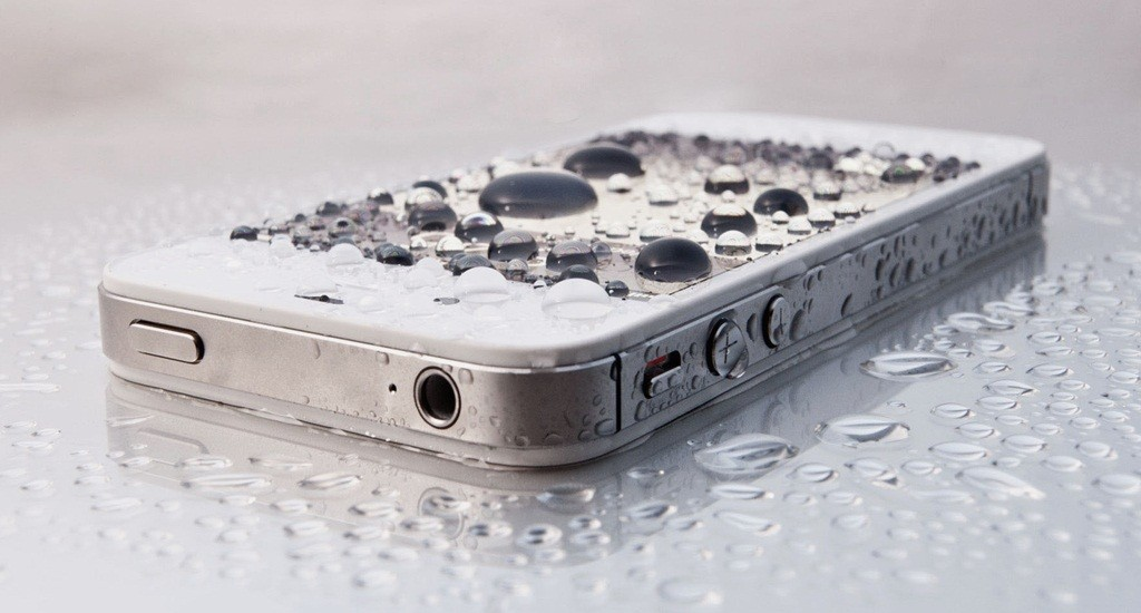 water-damaged-cell-phone-repair-1024x550